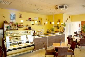 Das Café Beans and More mit Blick auf die Theke